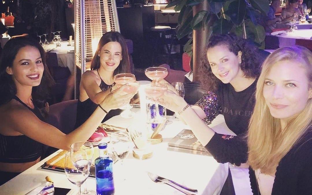 #Repost @mireiaverdu ・・・ girls night, cosmopolitan lovers….